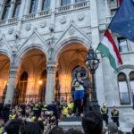 """""""Hogyan állítsuk meg Orbánt?"""" – a CEU-ért tüntettek"""