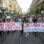 A Fidesz-KDNP megszavazta a Lex CEU-t, ötkor tüntetés