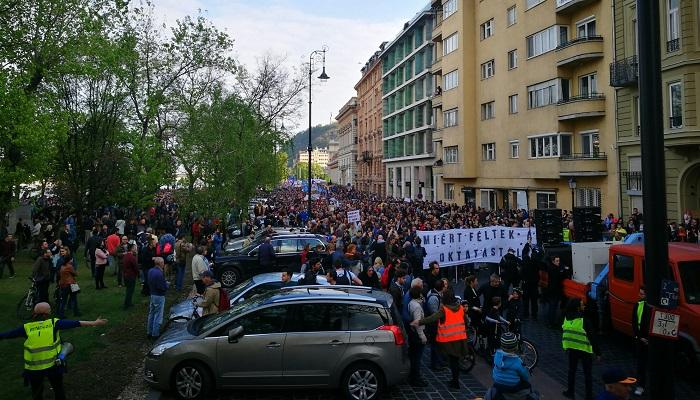 Tüntetés: Zenés-táncos Tüntetés Szombaton A Szabadságért