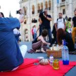 """""""Előbb jöttünk, tovább maradunk"""" – piknikezve tüntettek a civilek"""