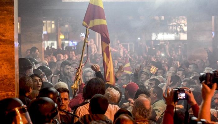 Tüntetők csapnak össze rendőrökkel Szkopjéban, miután megrohamozták a parlament épületét. Fotó: EPA/GEORGI LICOVSKI EPA/GEORGI LICOVSKI