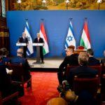Netanjahu Budapesten: turulmadaras zászlórúd-izraeli zászló kombináció