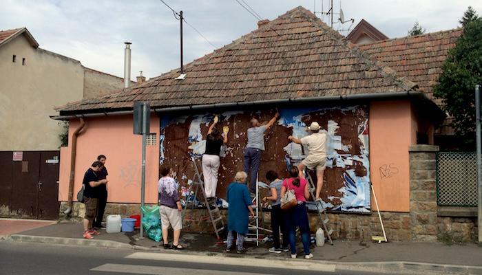 """""""1944 után ismét valami rondaság történt"""" – sorosozó plakátokat tépkedett le az Együtt Pomázon és"""