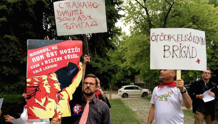 Kormánypárti, nemzeti-szocialista oktatáspolitikai tüntetést tartott a Magyar Kétfarkú Kutyapárt: kétéves korra szállítanák le a tankötelezettséget