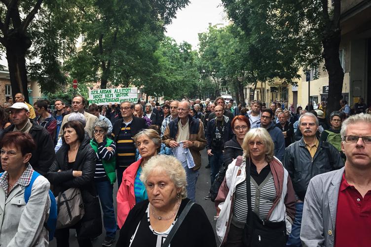 """""""Mutassuk meg, hogy nem félünk"""" – Gulyás Mártonék mellett tüntettek"""