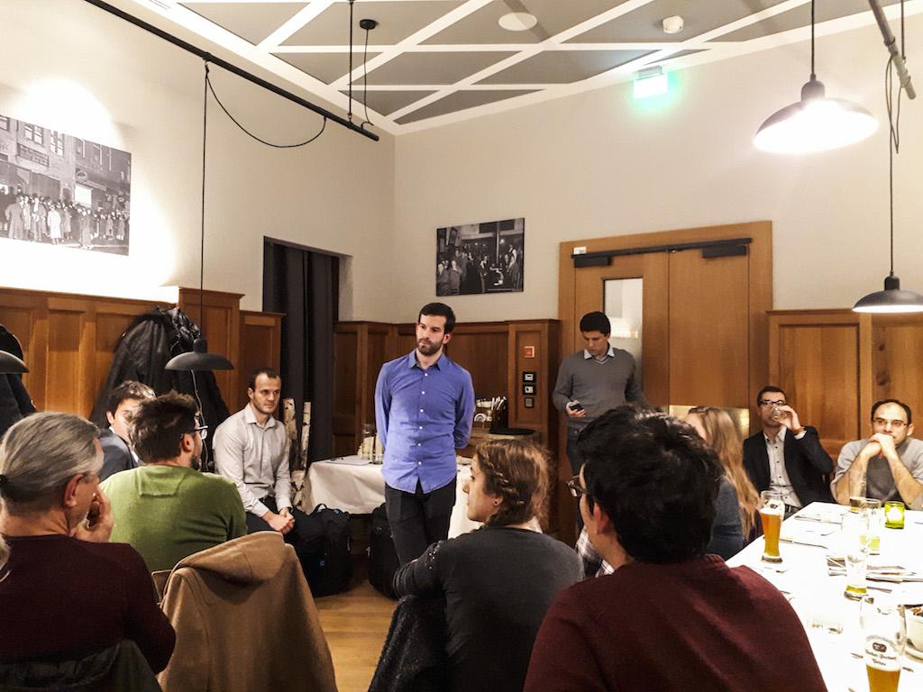 """""""Gerinctelen, szűklátókörű, gyakran buta emberek vezetik az országot"""" – momentumos lakossági fórum Münchenben Fekete-Győr Andrással"""