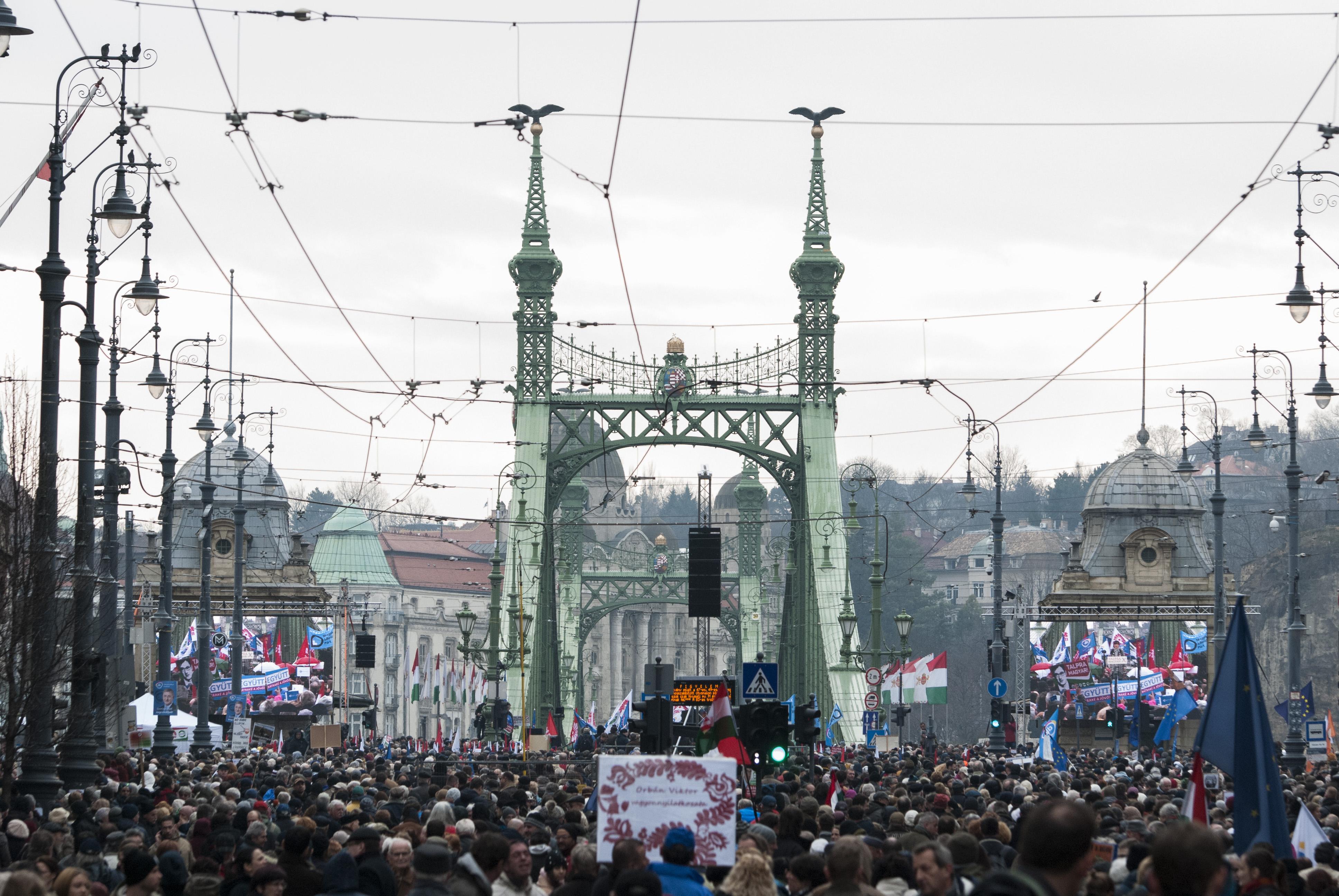 """""""A megállapodás nem lehetőség, hanem kötelesség"""" – tüntetett az ellenzék"""