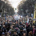 """""""Bayer Zsolt, a jó k…a anyád"""" – a Yellow Submarine refrénjének dallamára emlegették az Ötös Számú Párttagkönyv édesanyját a tüntető diákok"""